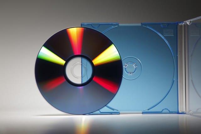 Come riciclare vecchi cd e dvd: dai sottobicchieri per la tavola a una tenda per il salotto (foto)