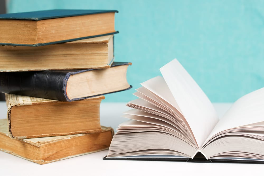 Avete in casa vecchi libri di cui non sapete cosa fare? Non buttateli via: ecco come riciclarli