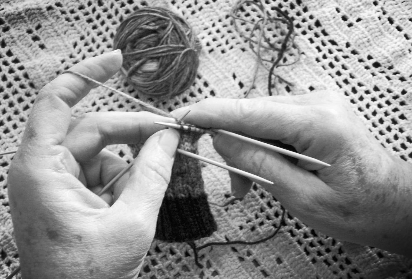 Accessori di moda fatti a mano dalle donne che vivono nelle case di riposo per anziani