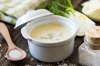 Zuppa di finocchio, la ricetta di un piatto detox, nutriente e sano, che recupera gli scarti e gli avanzi