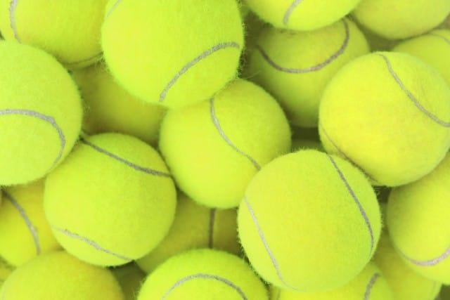 Riciclo creativo delle vecchie palline da tennis: diventano ghirlande e porta cellulari (Foto)