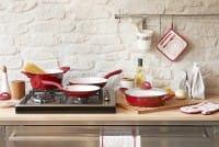 Errori da non fare in cucina, dal coltello sbagliato all'olio troppo caldo per la frittura. Attenti al frigo