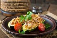 Zucchine ripiene di ceci, la ricetta con un tocco di mandorle e funghi secchi