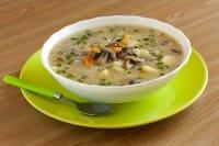 Zuppa di funghi e patate, la ricetta di una vera e propria prelibatezza da gustare con i crostini