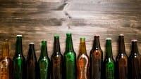 Riciclo creativo delle bottiglie di birra: si trasformano in originali oggetti d'arredo per la casa