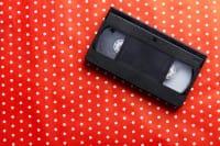 Mensole, librerie, porta oggetti: tante idee per il riciclo creativo delle videocassette