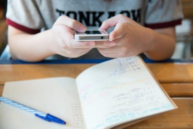 cellulare-scuola-classe-equivale-perdere-settimana-lezione-anno (1)