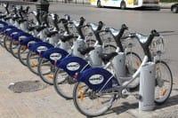 Bike sharing, come si usa in tutte le città. 10 regole d'oro per scegliere il servizio giusto