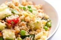 Insalata tiepida di quinoa, una ricetta sana dal profumo di primavera
