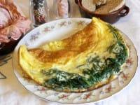 Omelette con agretti e provola affumicata, una ricetta perfetta anche per il pranzo in ufficio