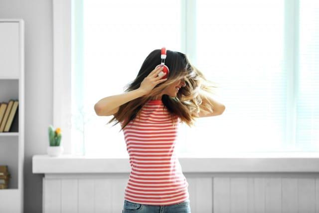Ascoltare la musica in modo corretto, senza rompere i timpani e l'udito