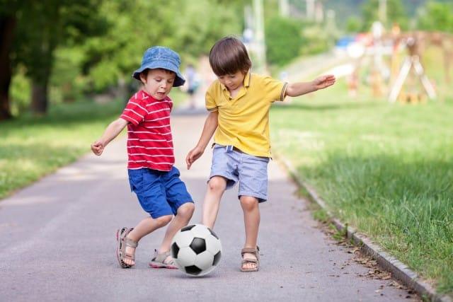 In provincia di Trento, una cittadina si è fermata per far giocare in strada i  bambini