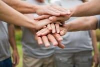 Benefici del volontariato, fare del bene allunga la vita. Aiuta il cuore e migliora l'umore