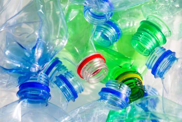 Plastica anche nell'acqua, pessima scoperta. La soluzione è una sola: ridurne l'uso. E non è difficile