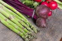 Asparagi e ravanelli, la ricetta per gustarli con un delizioso pesto all'aglio
