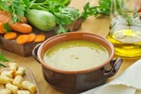 Passato di verdure con i legumi, la ricetta per la primavera. Con fette di pane raffermo