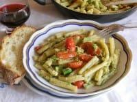 Caserecce con pesto di avocado, la ricetta di un piatto gustoso e ricco di proprietà importanti