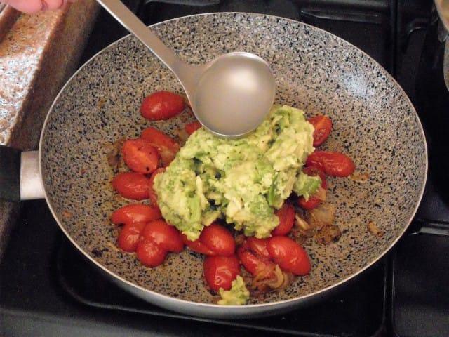 ricetta-pasta-pesto-avocado (6)