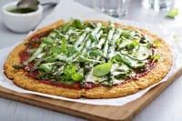 Pizza con gli asparagi, la migliore ricetta per un piatto unico da pranzo e cena