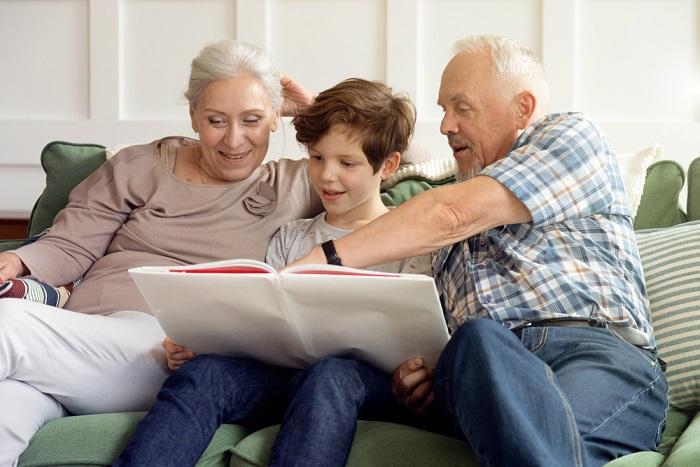 Nonni sitter, indispensabili durante la pandemia. Il loro lavoro vale almeno 2.300 euro al mese