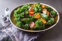 Insalata di cavolo riccio marinato con verdure al forno e patate dolci
