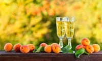 Liquore di albicocche, l'antica ricetta per farlo in casa con un tocco di cannella