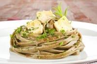 Pasta con verdure, la ricetta ideale con un tocco di pecorino e le nocciole