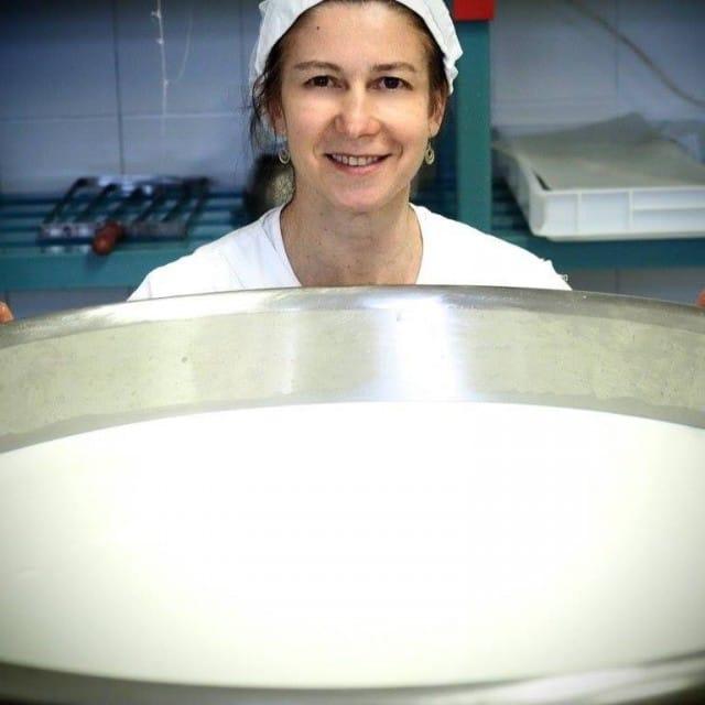 La storia di Chiara, lascia la cattedra e vive felice con capre che producono formaggi top