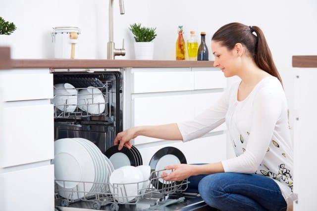 Lavastoviglie, come pulirla in modo naturale. In 10 mosse, senza sprechi e senza costi