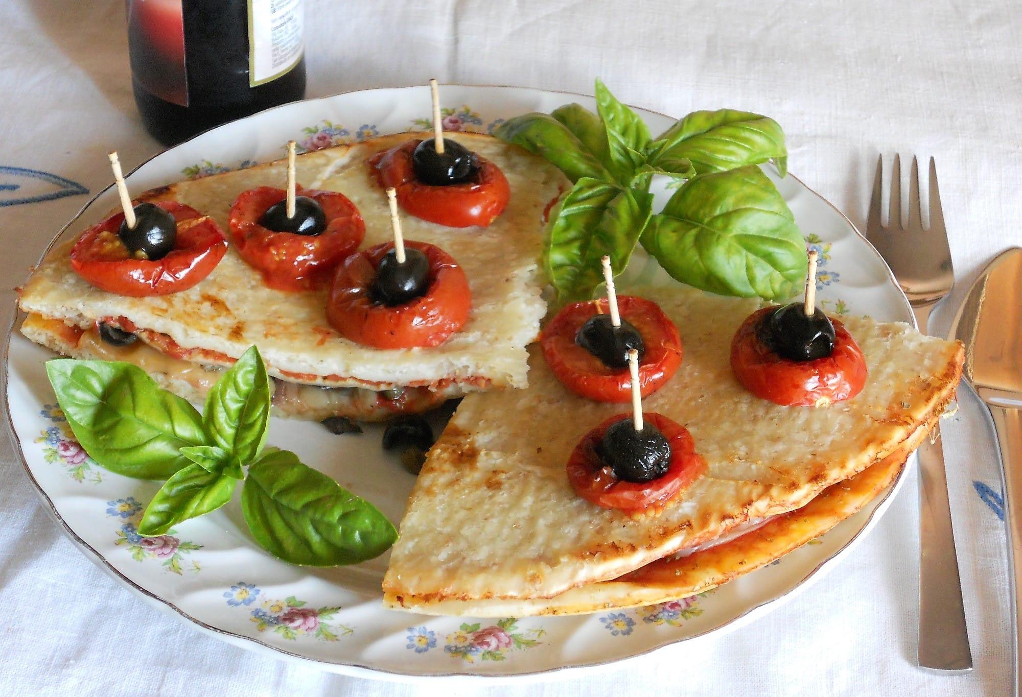 Pizza avanzata? Si trasforma in tanti deliziosi sandwich con capperi, acciughe e olive