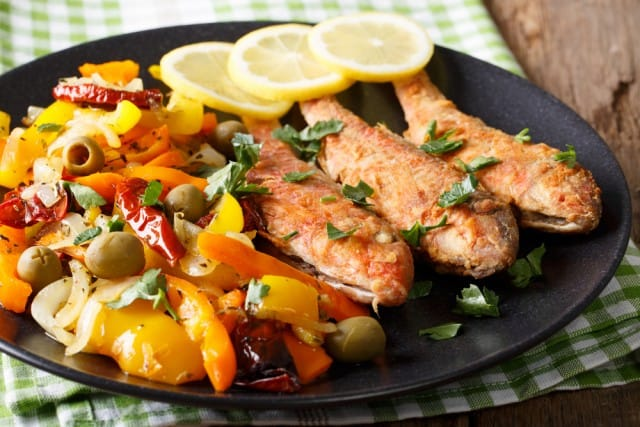 Triglia alle spezie, la ricetta con l'olio di annatto e con pomodori farciti (foto)