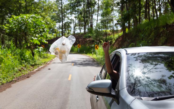 rifiuti dal finestrino dell'auto