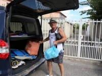 Il pensionato Ulisse sulla spiaggia in Sardegna: blocca gli incivili e raccoglie i rifiuti (foto e video)
