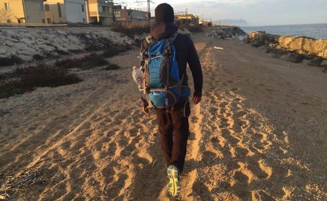 In viaggio per l'Italia a piedi per la ricerca e per curare il dolore, la storia di Christian
