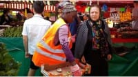 I volontari torinesi che raccolgono il cibo avanzato nei mercati e lo danno ai poveri