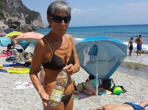 Sigarette in spiaggia, così Paola ogni giorno  raccoglie migliaia di cicche. Imitiamola!