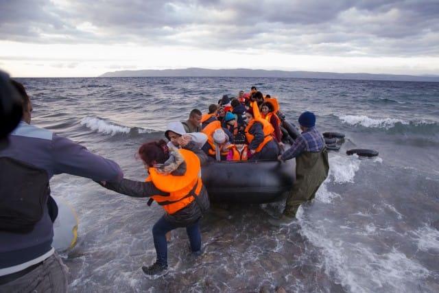 Caccia all'immigrato, fermiamola smontando bugie parallele. Prima che sia troppo tardi (video)