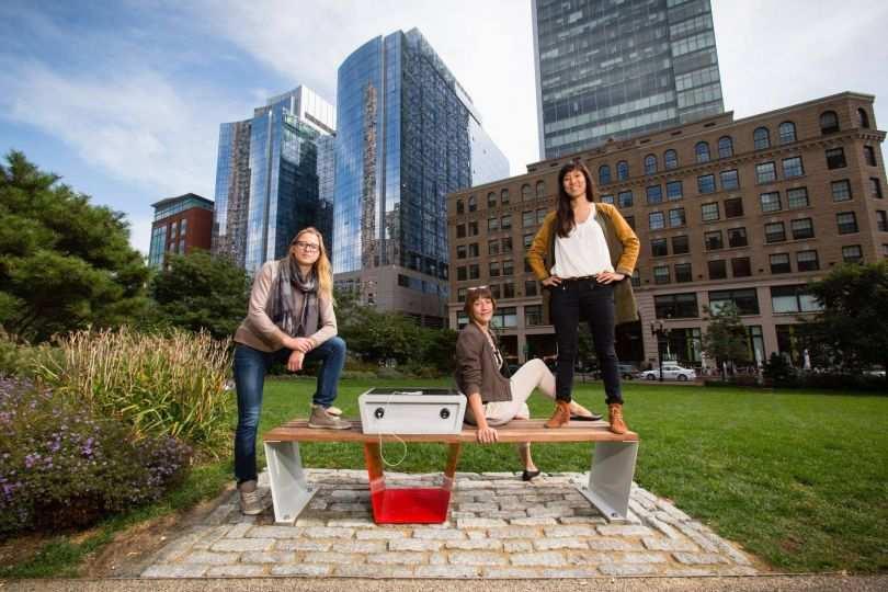 Ricarica smartphone, a Boston si può fare su una panchina. Con l'energia solare