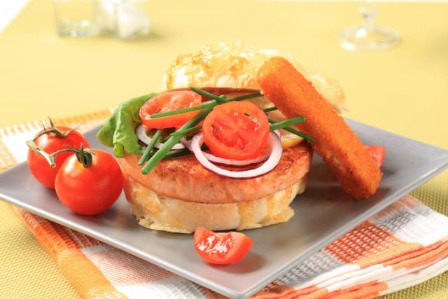 Hamburger di salmone, la ricetta sfiziosa e gustosa che si prepara in pochissimo tempo
