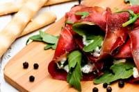 Involtini di bresaola, la ricetta più salutare: con ricotta, rucola e noci