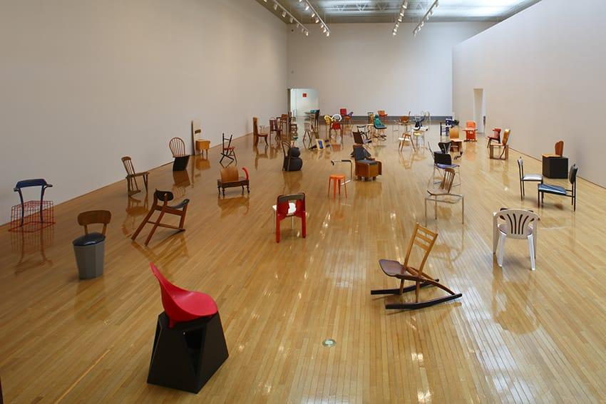 100 sedie per 100 giorni, il progetto che celebra la potenza degli oggetti di uso quotidiano
