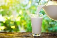 Latte avanzato, un ottimo concime naturale. Ma prezioso anche per pulire oggetti in pelle