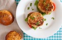 Hamburger di tonno, la ricetta naturale con olive, capperi e semi di finocchio