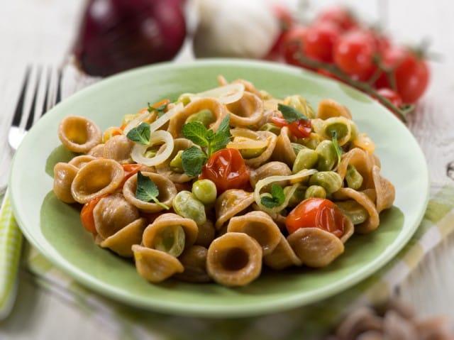 Orecchiette con le fave, la ricetta con il pecorino, i gamberi e lo scalogno