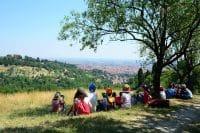 A lezione in aula? No, nel bosco (foto). I bambini che  partecipano al progetto della Fondazione Villa Chigi