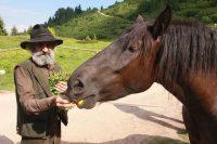 L'uomo del bosco, il naturalista Fèro vive in Trentino raccogliendo erbe selvatiche