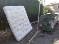 Rifiuti in strada, come fermare la follia di chi lascia frigoriferi e divani ovunque (foto)