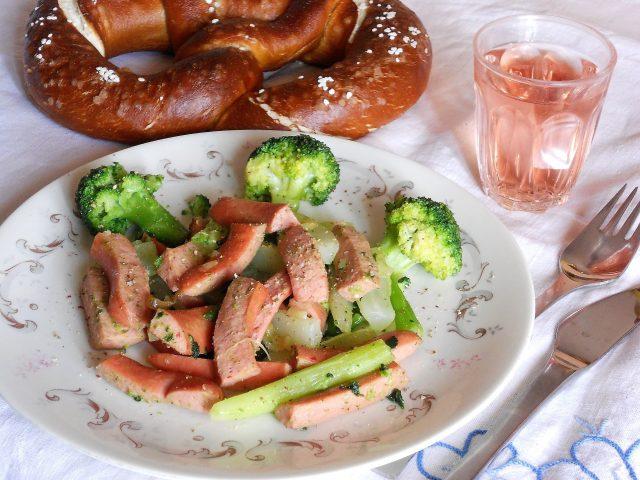 Straccetti di wurstel con broccoli, la ricetta di un piatto gustoso e semplice da preparare (foto)