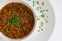 Zuppa di lenticchie, la ricetta di un vero comfort food da servire con i crostini di pane