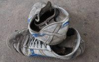 Scarpe da ginnastica diventano tappetini di gomma per le aree giochi nelle zone terremotate